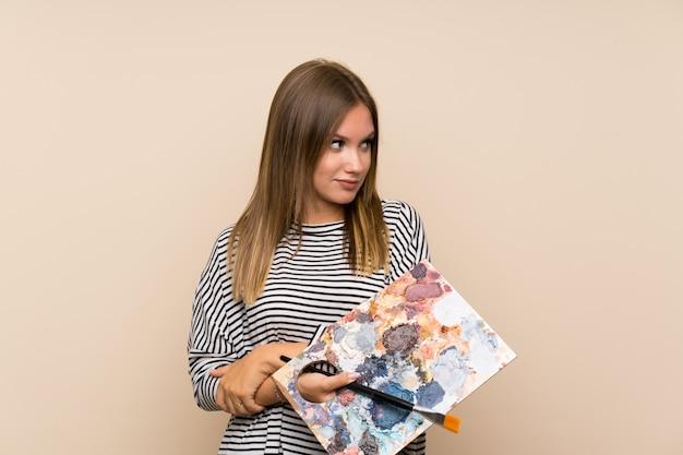 Garota adolescente segurando uma paleta pensando uma idéia