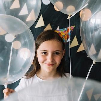 Garota adorável com balões translúcidos