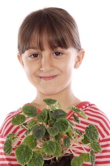 Garota adorável com uma planta em um over branco fundo