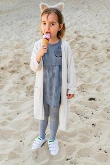 Garota adorável, desfrutando de sorvete