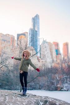 Garota adorável no central park na cidade de nova york