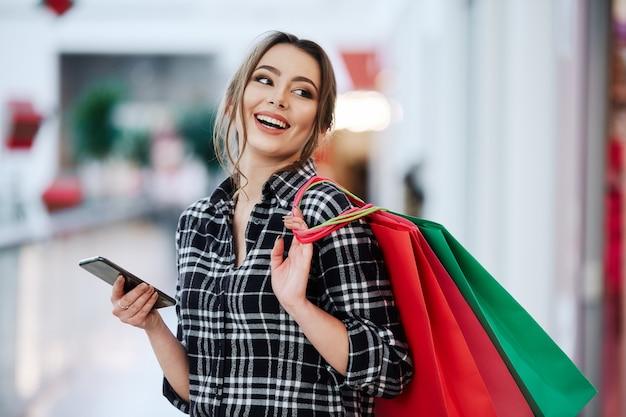 Garota adorável no shopping