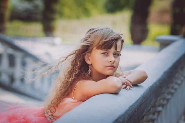 Garota adorável vestido. pequena princesa.