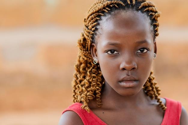 Garota africana em close-up posando