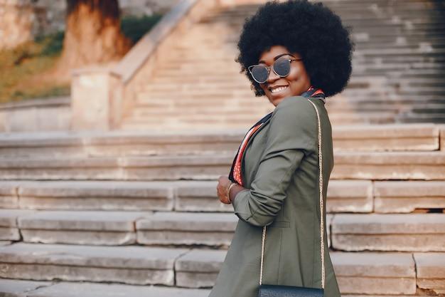 Garota africana em uma cidade de verão