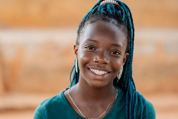 Garota africana sorridente close-up