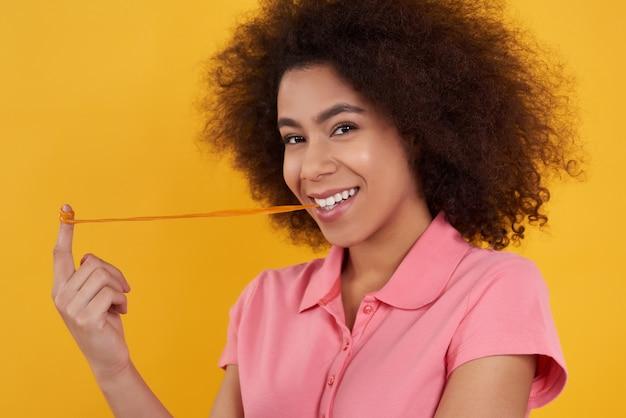 Garota afro-americana com chiclete.