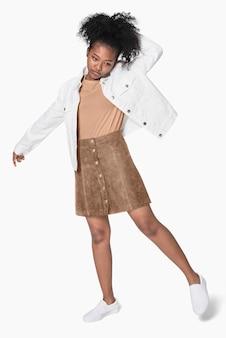 Garota afro-americana com jaqueta branca e roupa marrom.