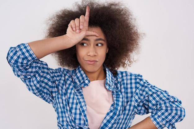 Garota afro-americana está posando com a mão isolada