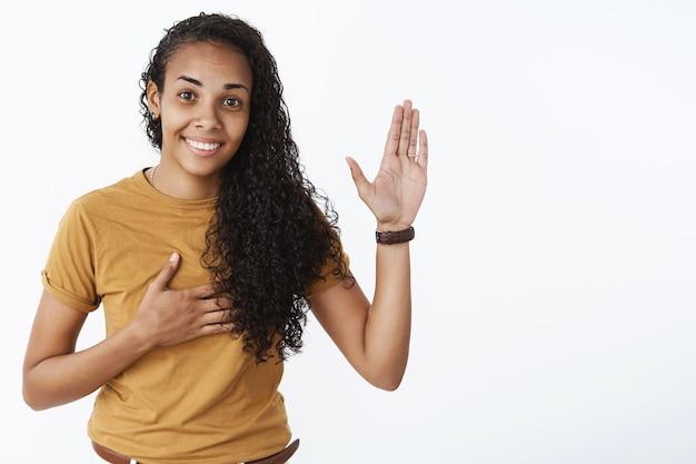 Garota afro-americana expressiva em camiseta marrom