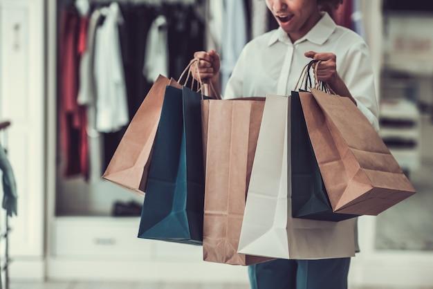 Garota afro-americana fazendo compras