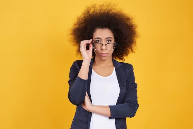 Garota afro-americana posa em copos