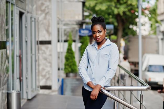 Garota afro-americana posou ao ar livre da cidade steets.