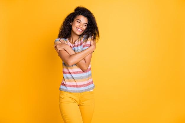 Garota afro-americana se abraçando