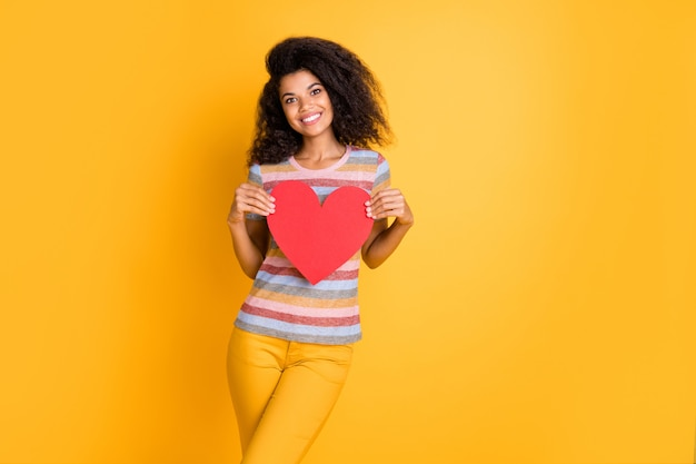 Garota afro-americana segurando um coração de cartão de papel vermelho dos namorados