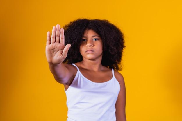 Garota afro fazendo sinal de parada