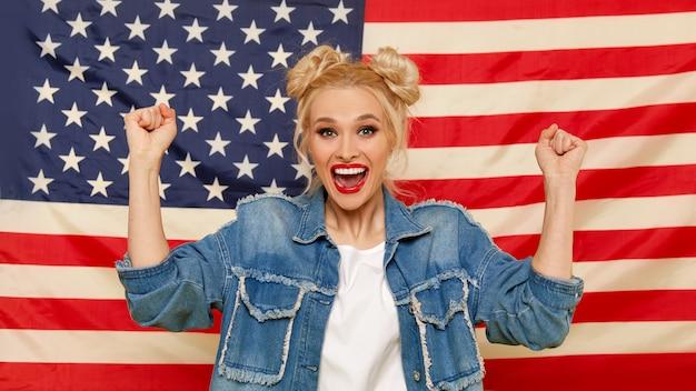 Garota americana o retrato de feliz da jovem surpreendeu a mulher no fundo da bandeira dos eua.
