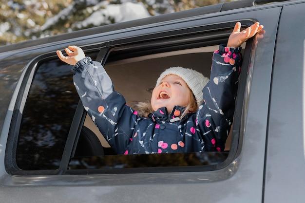 Garota animada com tiro médio no carro