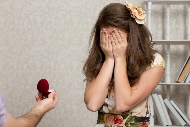 Garota animado com um anel de noivado
