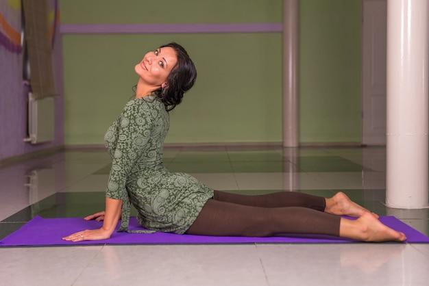 Garota apta fazendo exercícios alongamento em ioga