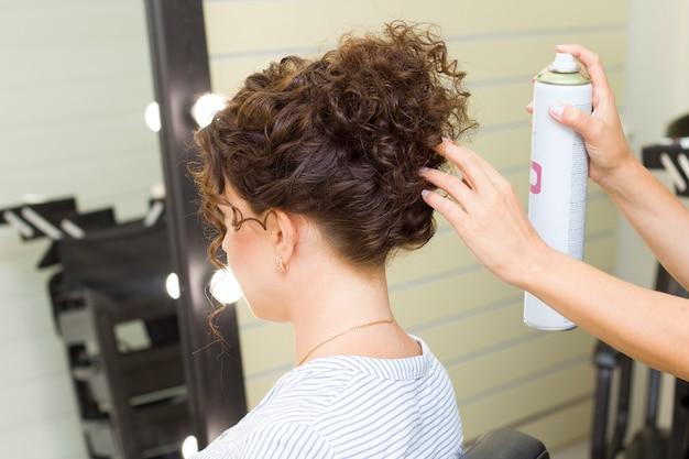 Garota arrumando o cabelo em um salão de beleza
