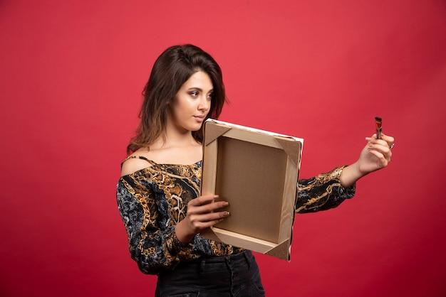 Garota artista mostrando sua arte para um curador e recebendo conselhos.