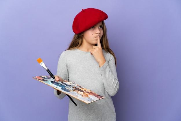 Garota artista sobre fundo isolado tendo dúvidas enquanto olha para cima