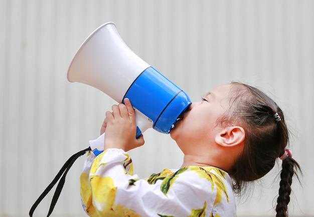 Garota asiática garoto gritando através de megafone