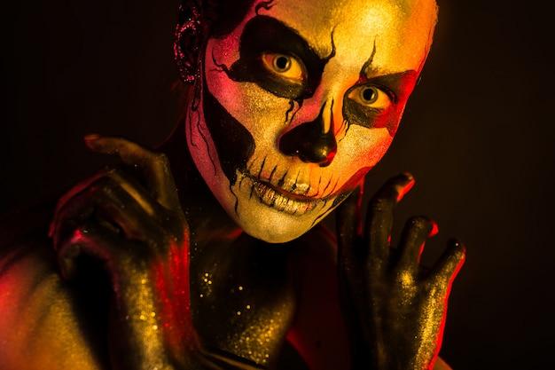 Garota assustadora atraente com maquiagem de esqueleto