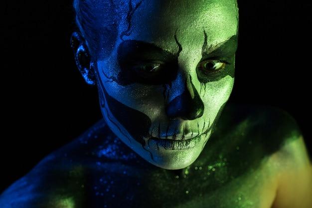 Garota assustadora com maquiagem de esqueleto