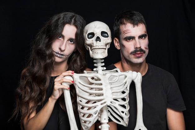 Garota assustadora e cara com esqueleto