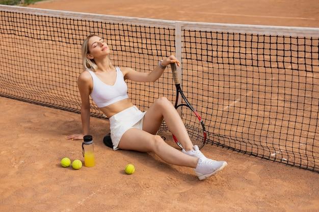 Garota ativa com bolas de tênis posando