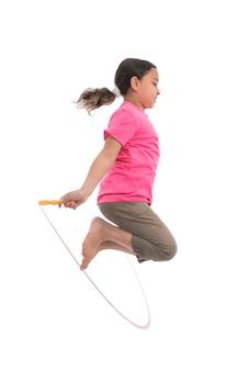 Garota ativa pulando com corda de pular