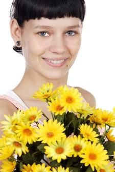 Garota atraente com flores sobre fundo branco