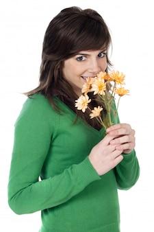Garota atraente com flores um fundo branco