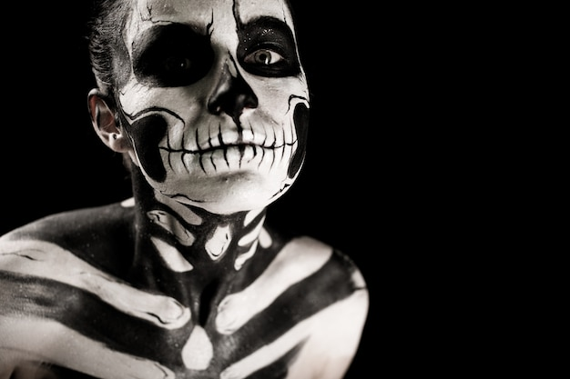 Garota atraente com maquiagem de esqueleto