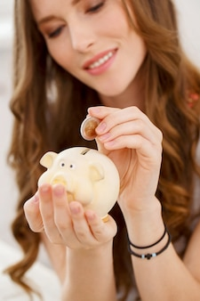 Garota atraente com moneybox