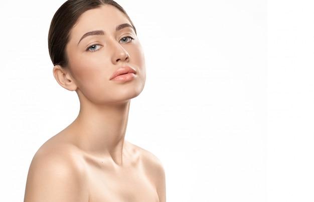 Garota atraente com naturale maquiagem, posando para a câmera.