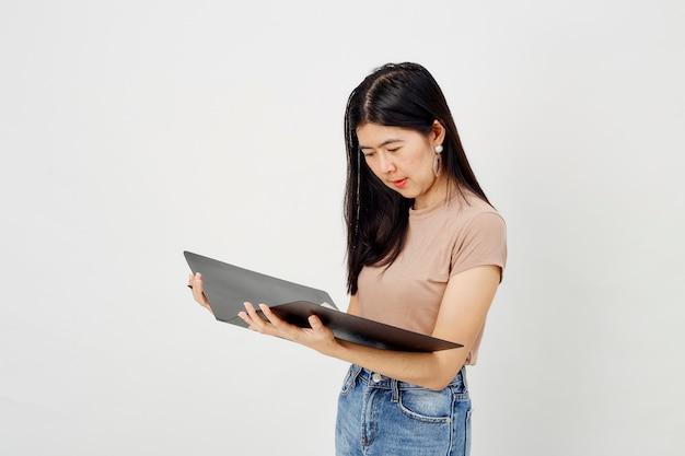 Garota atraente com pasta de papel do documento