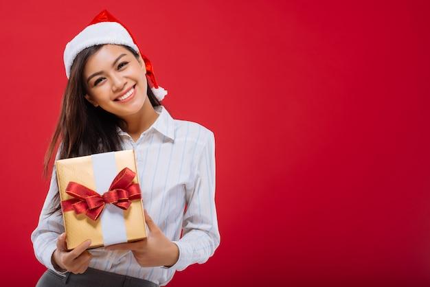 Garota atraente com presente de natal
