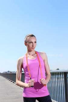 Garota atraente com pular corda