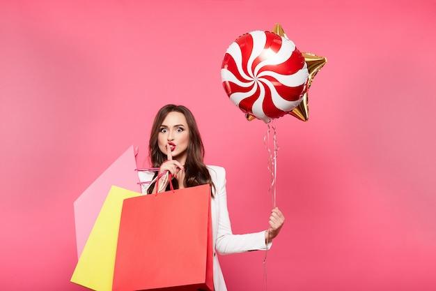 Garota atraente com sacolas de compras