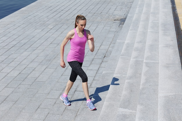 Garota atraente correndo na rua