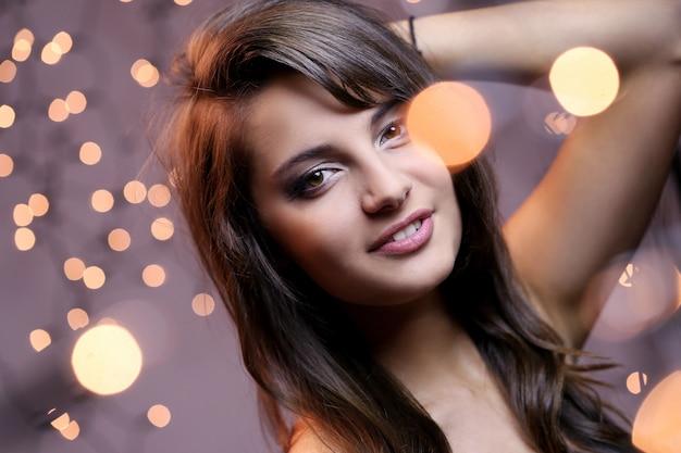 Garota atraente e elegante, com olhos castanhos