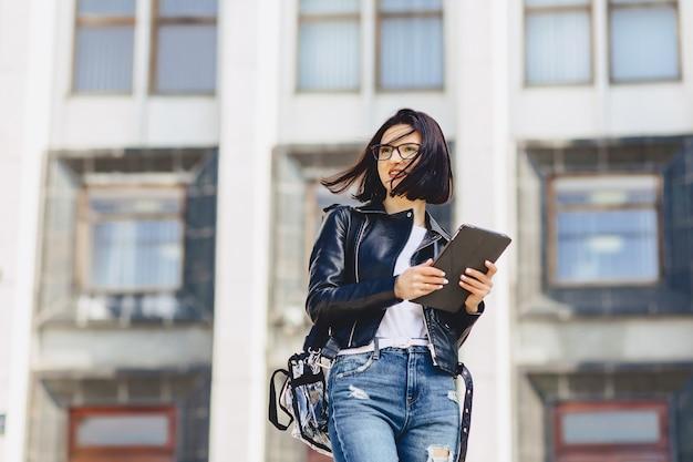 Garota atraente em copos com tablet fora