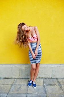 Garota atraente em uma saia incomum