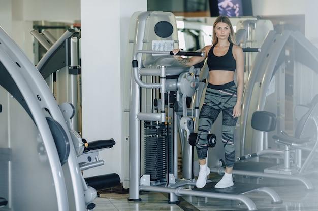 Garota atraente esportes realiza exercícios nos quadris e nádegas. estilo de vida saudável.