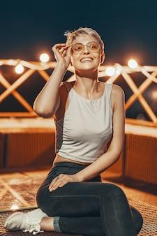 Garota atraente hipster de óculos