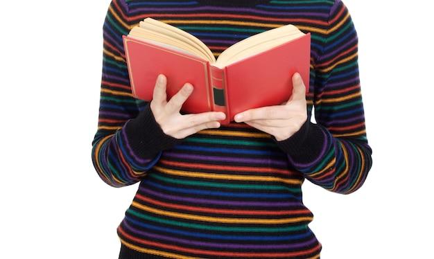 Garota atraente, lendo um over branco fundo