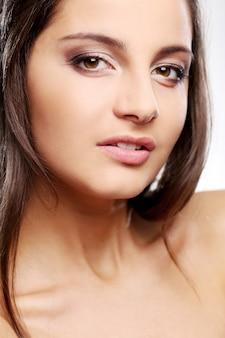 Garota atraente, mas séria, com olhos castanhos